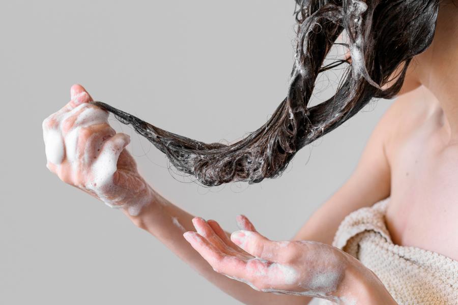 cuidar el cabello rizado, lavar el cabello